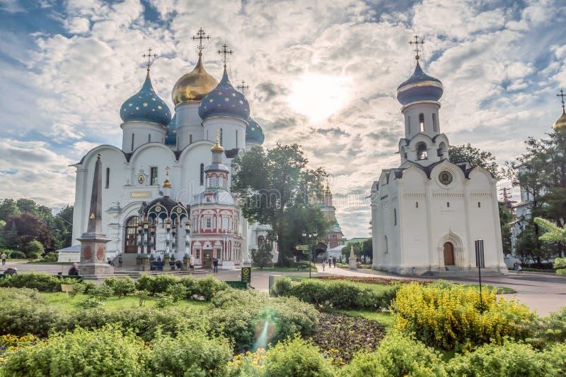 Catedral de Dormition na trindade Lavra de St Sergius, Sergiyev Posad, Rússia fotografia de stock