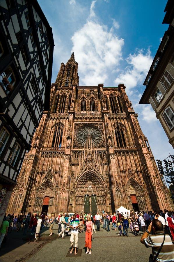 Catedral de Estrasburgo Notre Dame con los turistas foto de archivo libre de regalías