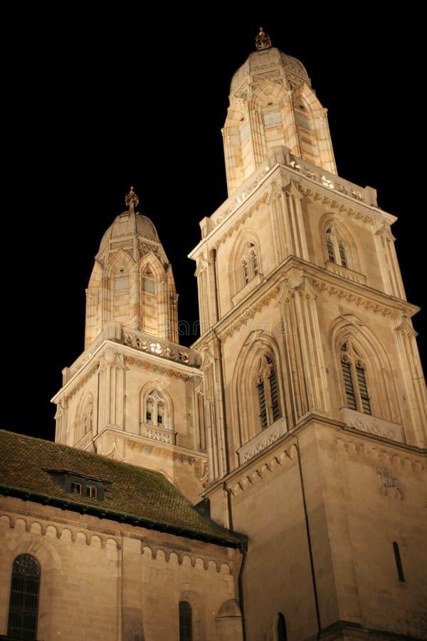 Catedral de Grossmunster na noite fotos de stock