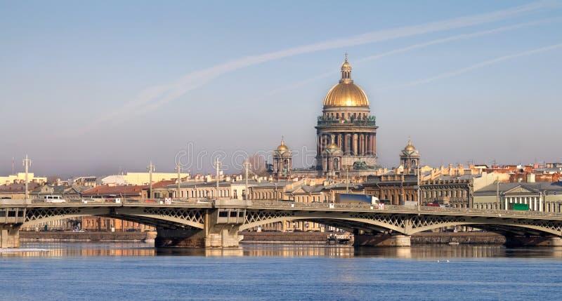 Catedral de Isaakievsky em St Petersburg imagem de stock