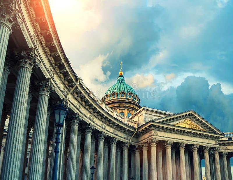 Catedral de Kazan en St Petersburg, Rusia Bóveda y columnata de la catedral de Kazán en St Petersburg, Rusia bajo sol imagenes de archivo