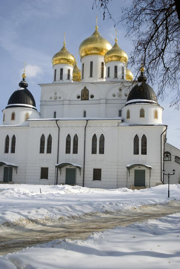Catedral de la asunción El Kremlin en Dmitrov, ciudad antigua en la región de Moscú imagenes de archivo