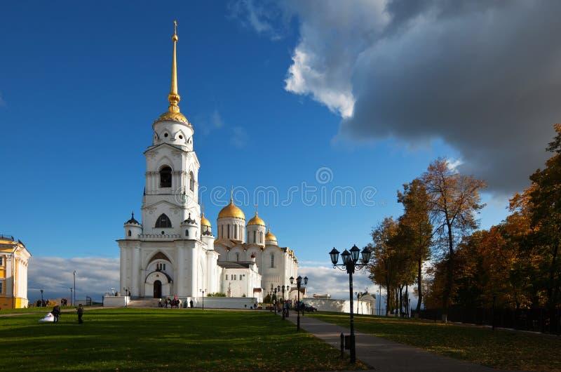 Catedral de la asunción en otoño. Rusia imagen de archivo