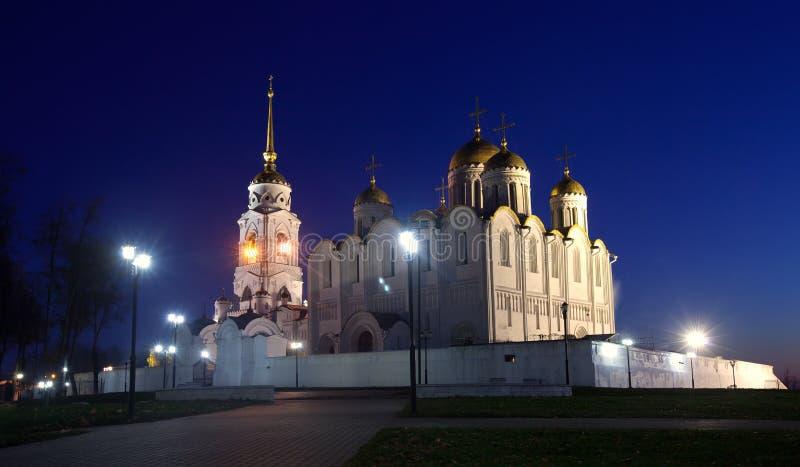 Catedral de la asunción en Vladimir en noche fotos de archivo