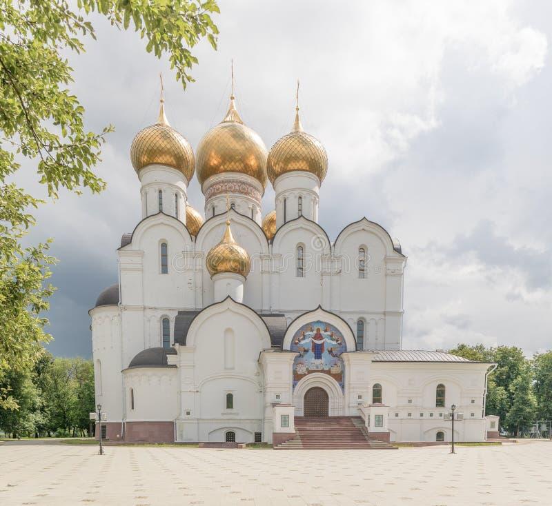 Catedral de la asunci?n yaroslavl Rusia La catedral de Uspensky es una iglesia ortodoxa de la catedral de la diócesis de Yaroslav foto de archivo libre de regalías