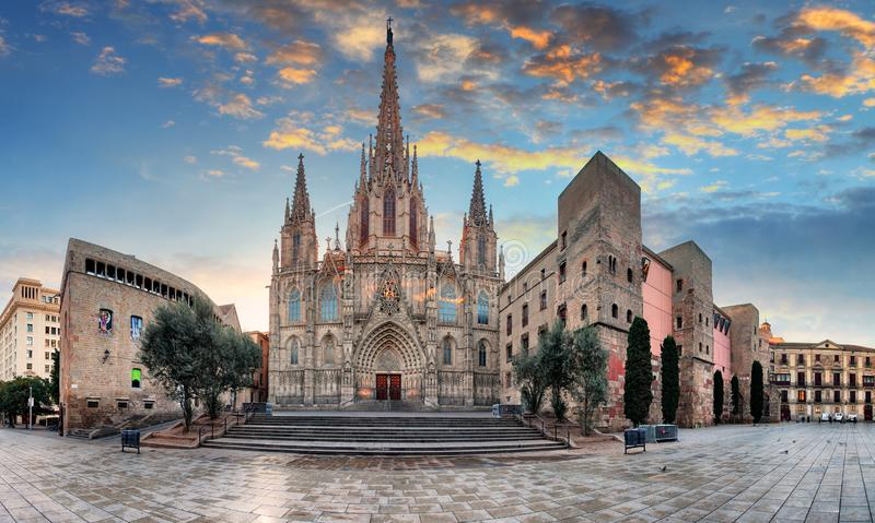 Catedral de la cruz y del santo santos Eulalia en la puesta del sol en Barcelona, Espa?a imagen de archivo libre de regalías