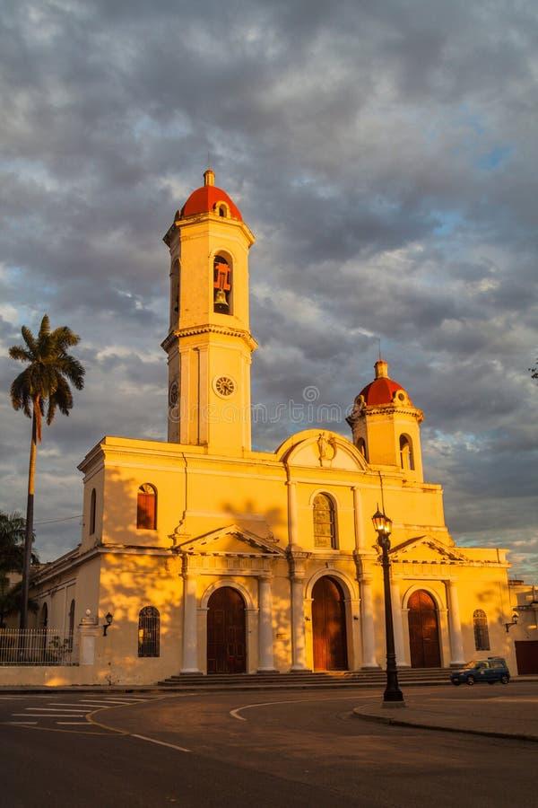 Catedral de la Purisima Concepcion kyrka på den Parque Jose Marti fyrkanten i Cienfuegos, gröngöling arkivbilder