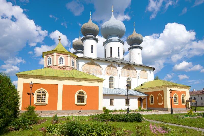 Catedral de la suposición del primer bendecido de la Virgen María Monasterio de la suposición de Tikhvin, Rusia imágenes de archivo libres de regalías