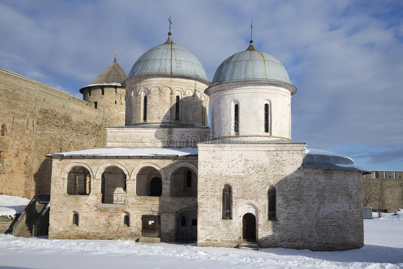 Catedral de la suposición en día de invierno nublado de la fortaleza de Ivangorod Ivangorod fotografía de archivo