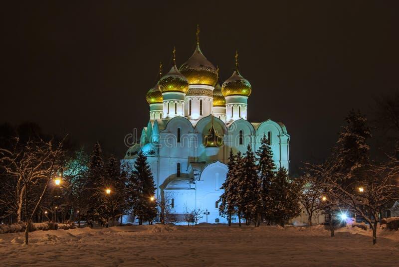Catedral de la suposición en Yaroslavl en la noche foto de archivo libre de regalías