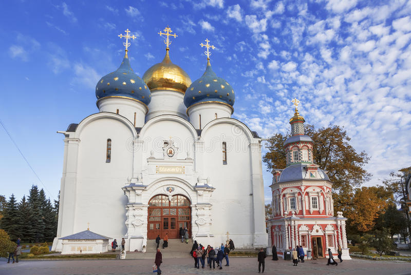 Catedral de la suposición, suposición bien de la capilla, la trinidad-Sergius Lavra, Sergiev Posad fotos de archivo