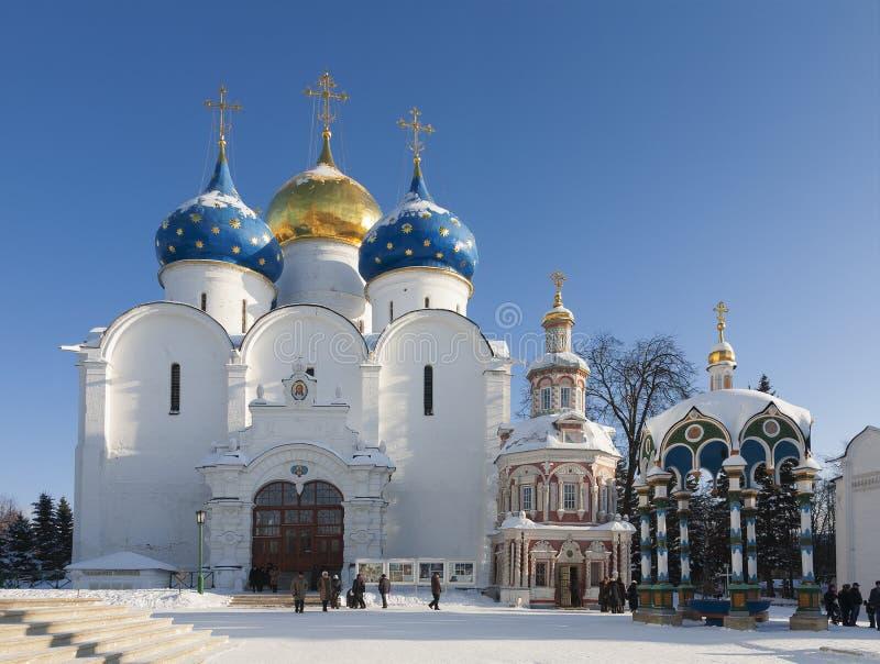 Catedral de la suposición de la trinidad-Sergius Lavra en invierno, Sergiev Posad Región de Moscú imagen de archivo