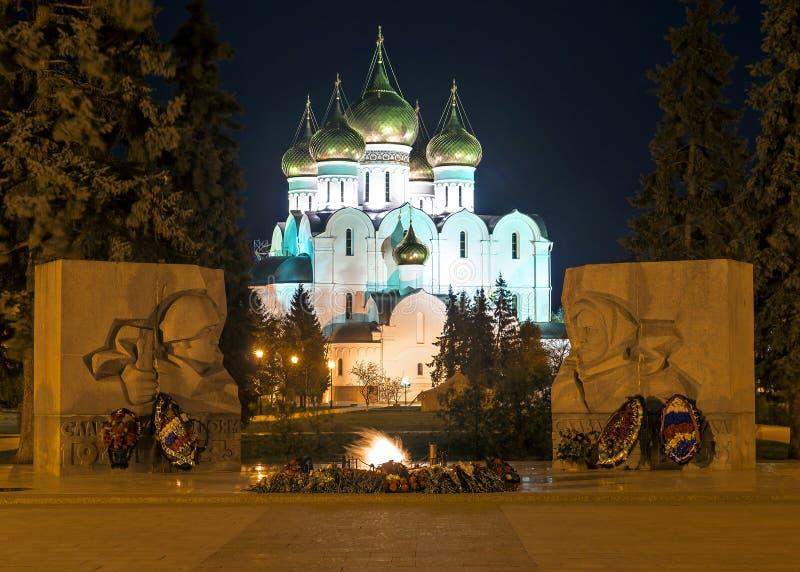 Catedral de la suposición y el monumento de guerra en Yaroslavl, Rusia fotografía de archivo