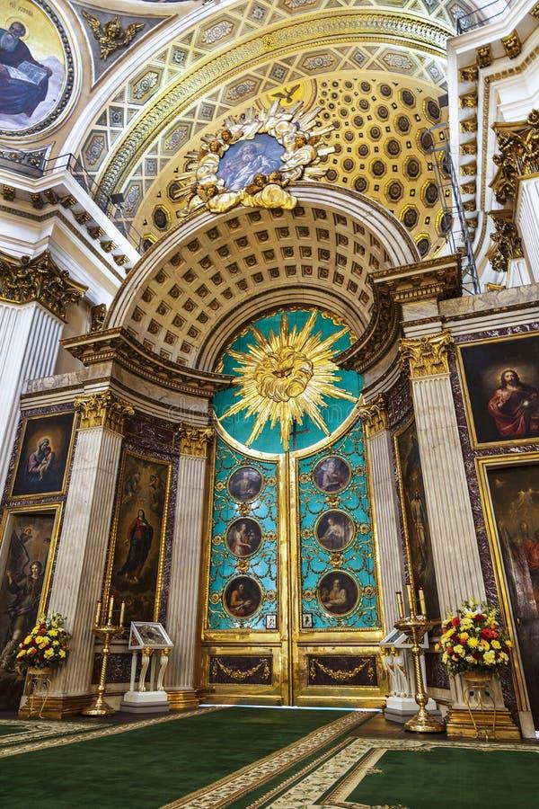 Catedral de la trinidad de Alexander Nevsky Lavra, interior con las puertas reales St Petersburg imagenes de archivo