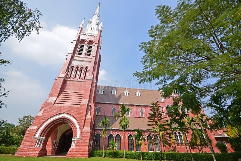 Catedral de la trinidad santa en el camino de Bogyoke Aung San en el municipio de Latha, Rangún, Myanmar foto de archivo