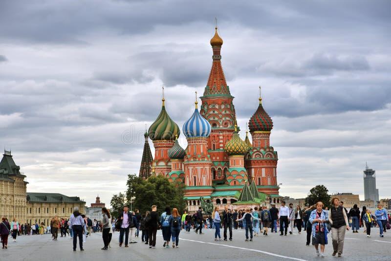 Catedral de las albahacas del santo y Plaza Roja en Moscú imagenes de archivo