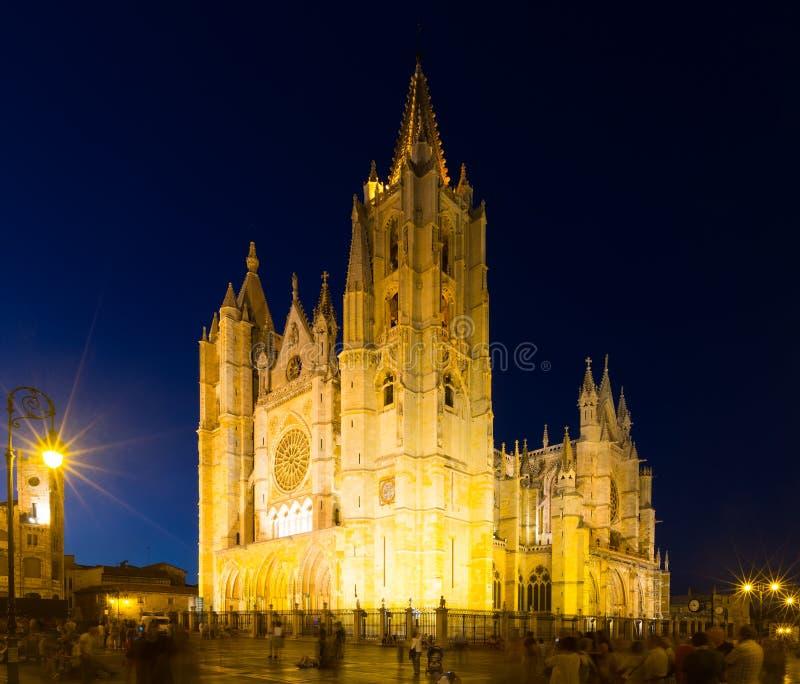 Catedral de León en noche fotografía de archivo