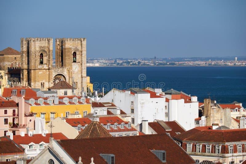 A catedral de Lisboa cercada por casas residenciais de Alfama fotos de stock