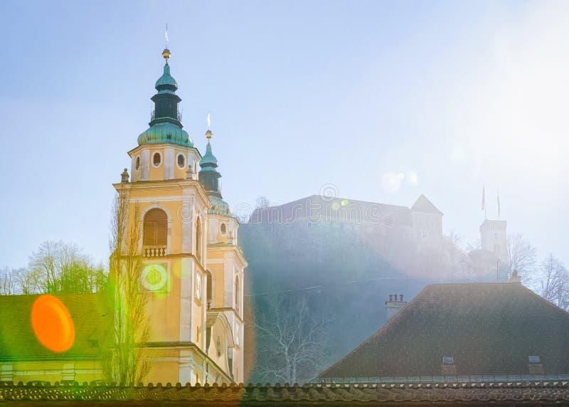 Catedral de Ljubljana en la ciudad y el castillo viejos Eslovenia imagenes de archivo
