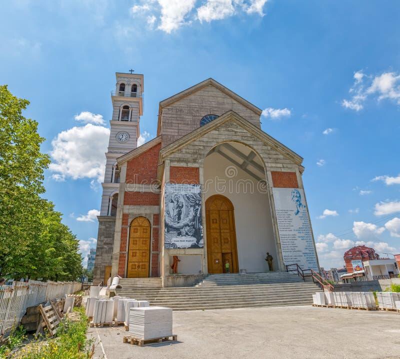 A catedral de Madre Teresa abençoada em Pristina fotos de stock royalty free
