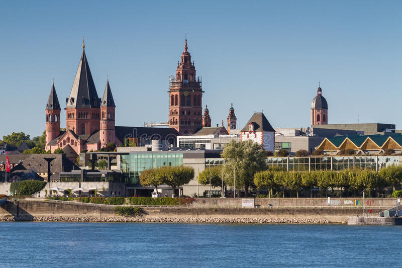 Catedral de Mainz no Rhine River fotos de stock