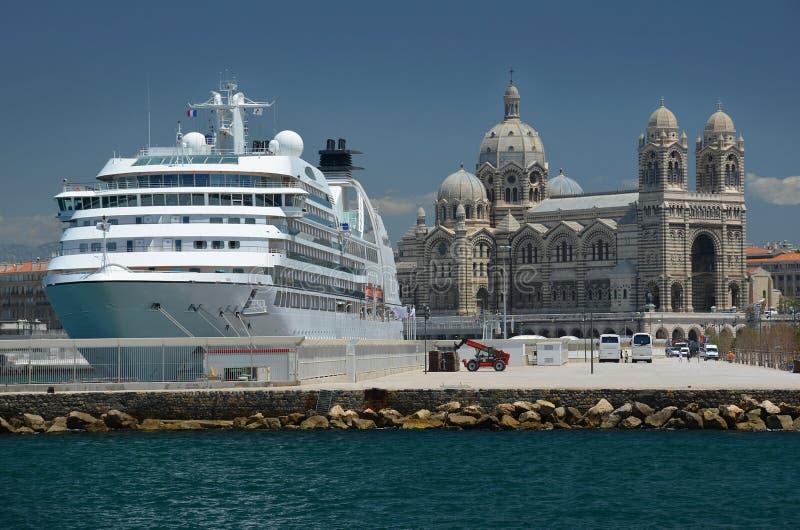 Catedral de Marsella y un barco de cruceros foto de archivo libre de regalías