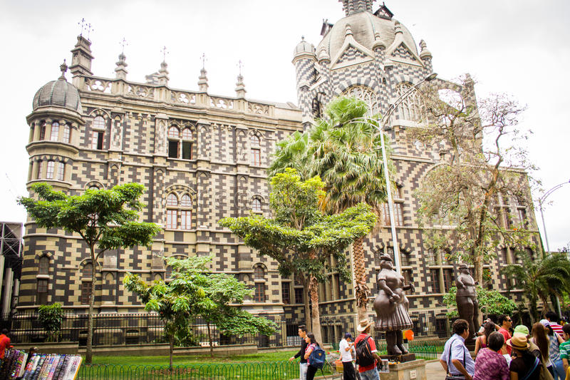 Catedral de medellin do botero da plaza, Colômbia imagem de stock