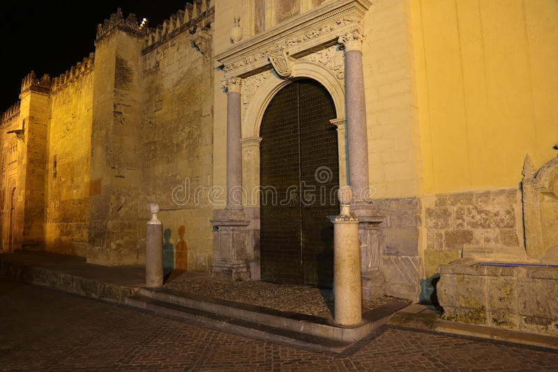 Catedral de Mezquita de Córdoba en la noche imagen de archivo