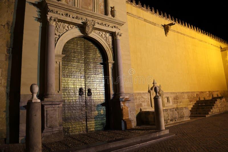 Catedral de Mezquita de Córdoba en la noche fotografía de archivo libre de regalías