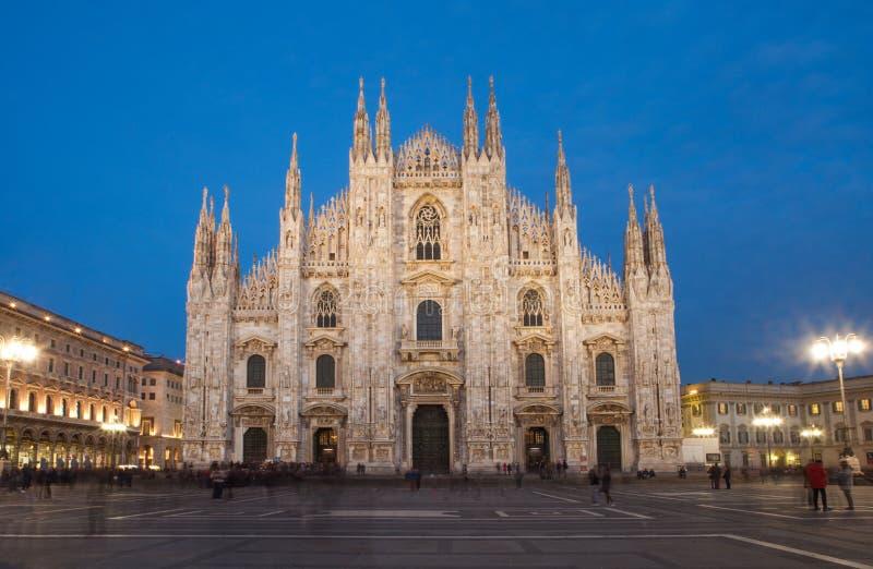 Catedral de Milán por noche imagen de archivo
