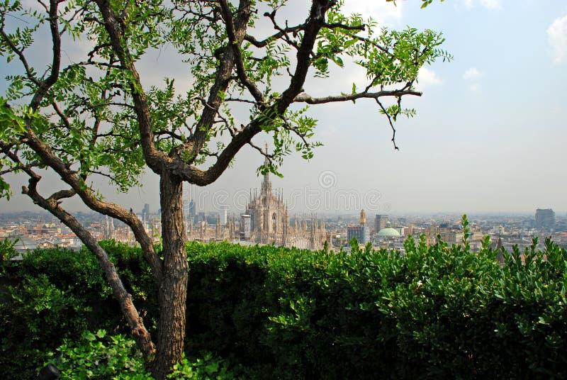 Catedral de Milão vista por um jardim de suspensão foto de stock