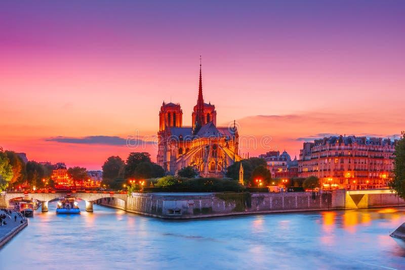 Catedral de Notre Dame de Paris en la puesta del sol, Francia imagen de archivo