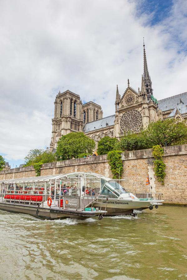 Catedral de Notre Dame e Barco de Cruzeiro imagem de stock royalty free
