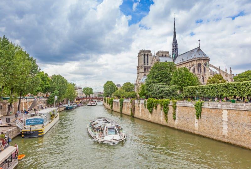 Catedral de Notre Dame e Barco de Cruzeiro fotografia de stock royalty free