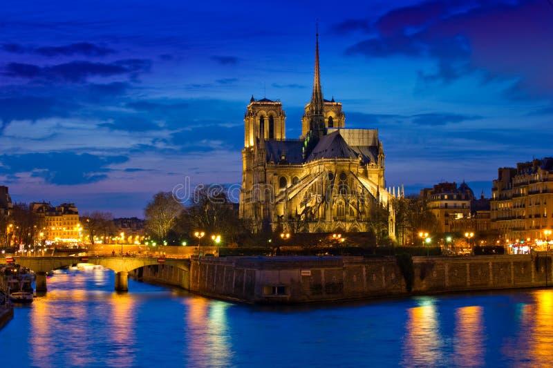 Catedral de Notre Dame en la noche en París Francia foto de archivo