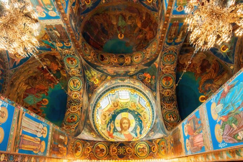 Catedral de nuestro salvador en sangre derramada Interior de la señal de St Petersburg Rusia Mosaicos en las columnas y la bóveda fotografía de archivo libre de regalías