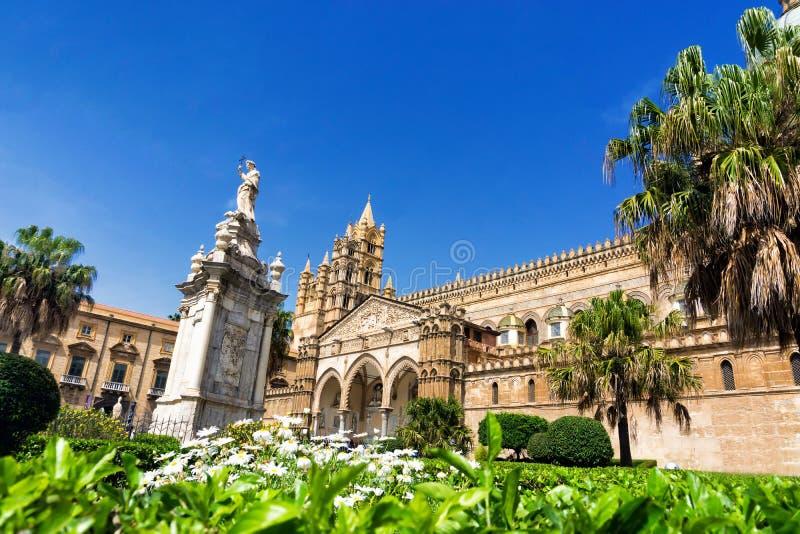 Catedral de Palermo cercada por árvores e por jardim em Palermo, Itália foto de stock