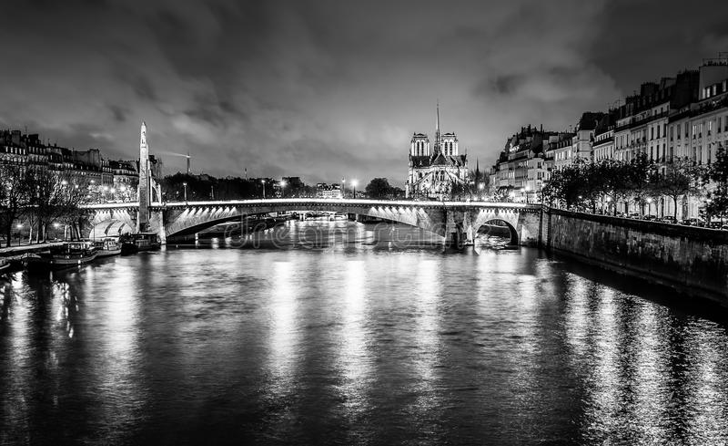 Catedral de Paris na noite foto de stock royalty free