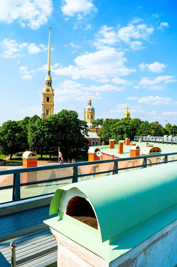 Catedral de Peter e de Paul com torre de sino - opinião do verão da altura Peter e Paul Fortress em St Petersburg Rússia imagem de stock royalty free