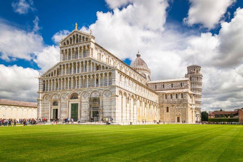 Catedral de Pisa com a torre inclinada de Pisa imagens de stock royalty free