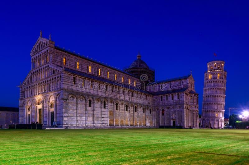 Catedral de Pisa (di Pisa del Duomo) con la torre inclinada de Pisa (di Pisa de Torre) en el dei Miracoli de la plaza en Pisa, foto de archivo libre de regalías