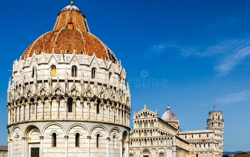 Catedral de Pisa (di Pisa del Duomo) con la torre inclinada de Pisa encendido fotografía de archivo