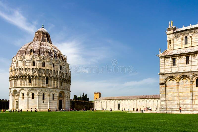 Catedral de Pisa (di Pisa do domo) com a torre inclinada de Pisa sobre foto de stock royalty free