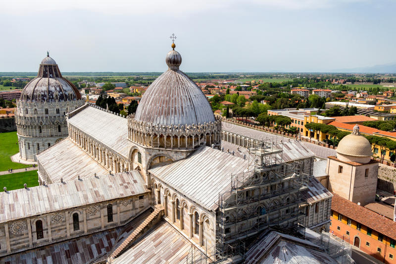 Catedral de Pisa (di Pisa do domo) com a torre inclinada de Pisa sobre fotografia de stock royalty free