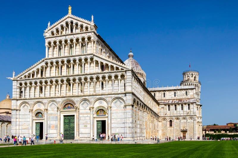 Catedral de Pisa (di Pisa do domo) com a torre inclinada de Pisa sobre fotografia de stock