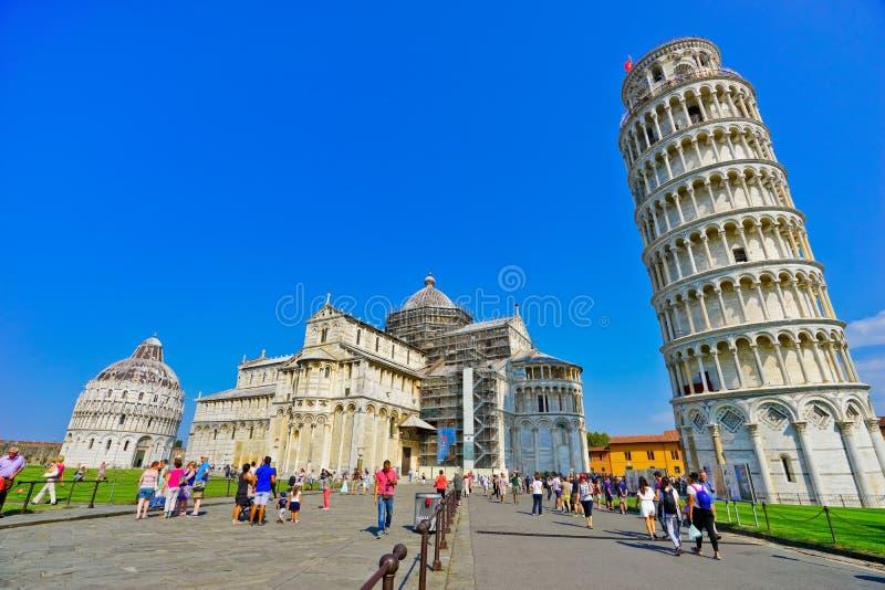 Catedral de Pisa e a torre inclinada em um dia ensolarado em Pisa imagem de stock royalty free