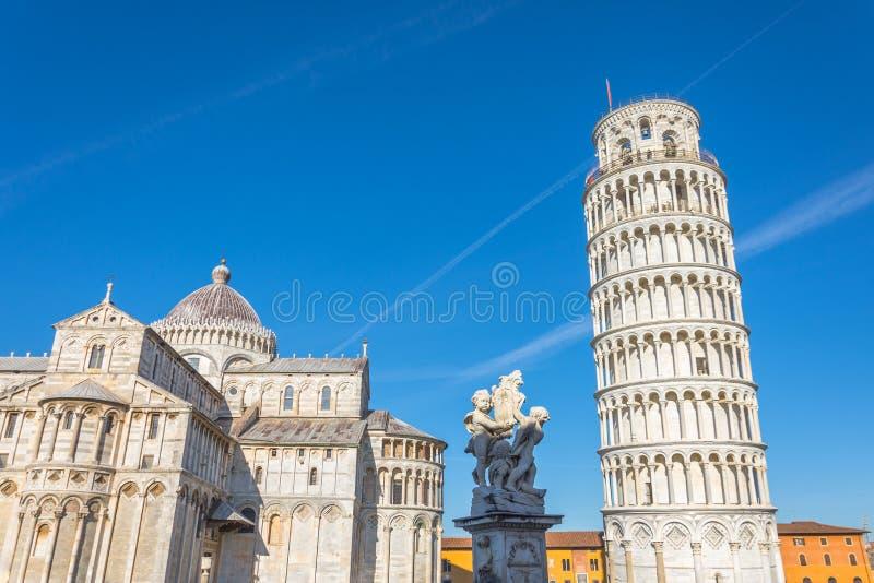 Catedral de Pisa e a torre inclinada e a escultura em um dia ensolarado em Pisa, Itália fotos de stock royalty free