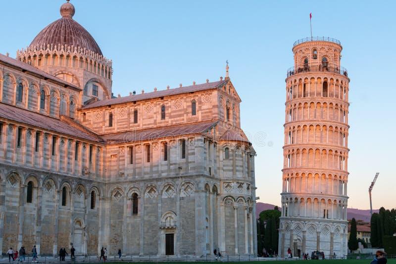 A catedral de Pisa e a torre inclinada legendária em um dia ensolarado brilhante mas frio imagem de stock royalty free