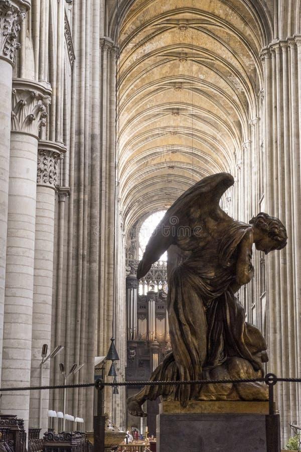Catedral de Ruán Notre Dame de Rouen Worshipping Archangel Interior de un templo católico en Francia imagen de archivo