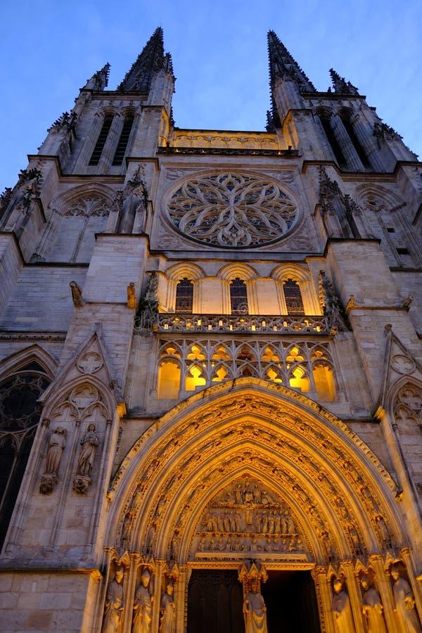Catedral de Saint-André na noite, lugar Pey-Berland, Bordéus, França fotos de stock royalty free